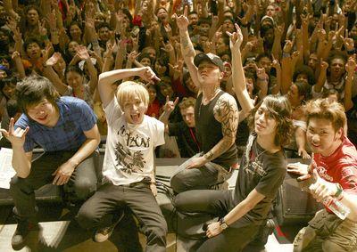 [Image: back-on_concert_thumb.jpg]
